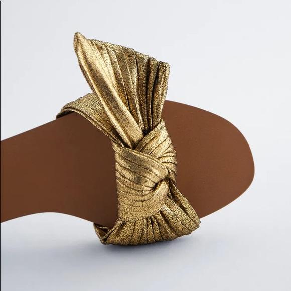 Flat Sandals w/ Bow